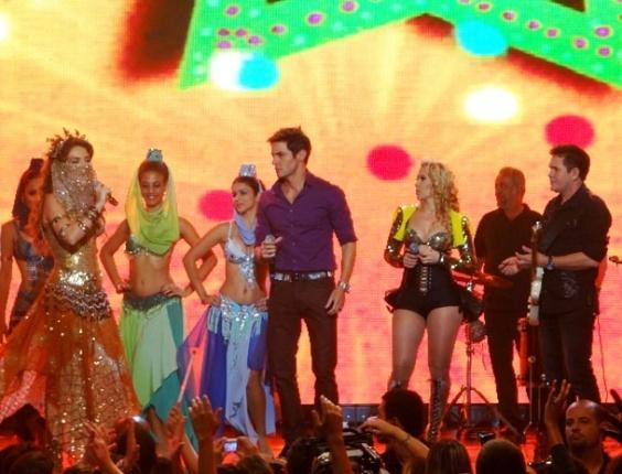 """Em """"Cheias de Charme"""", Chayene invade show da banda Calypso e rouba um beijo de Fabian"""