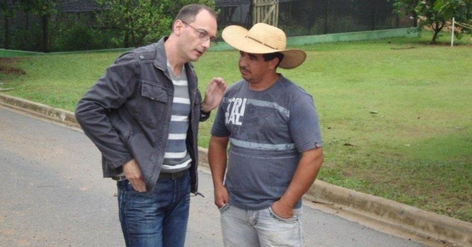 """Britto Jr. posa para foto com o caseiro Clebis no local em que será feito """"A Fazenda 5"""" (30/4/12)"""