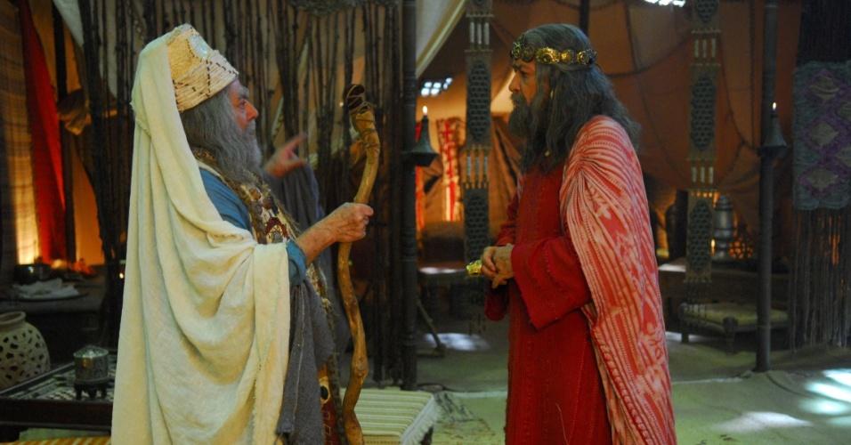 Saul (Gracindo Jr.) fica sabendo através de Samuel (Isaac Bardavid) que Deus escolheu um novo rei