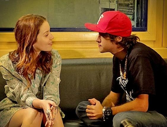 """Em """"Avenida Brasil"""", sem saber que Débora é sua irmã, Tomás tenta beijá-la (3/5/12)"""