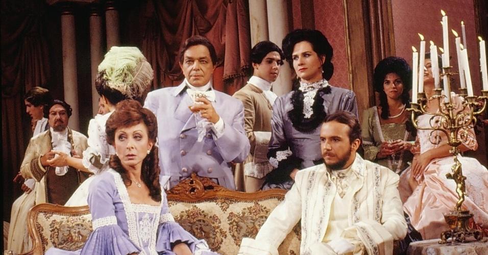 "Maria Fromet/Lenore Gaillard (Aracy Balabanian), Françoise Gaillard (Edney Giovenazzi), Fanny (Vera Holtz)  e Pichot/Lucien (Tato Gabus Mendes) em cena de ""Que Rei Sou Eu?"""