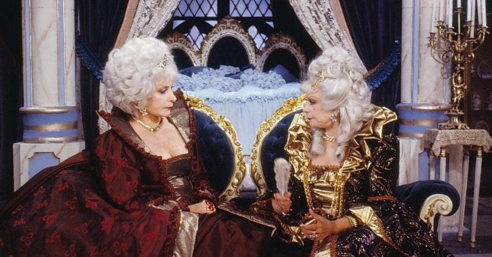 """Rainha Valentine (Tereza Rachel) e  Baronesa Lenilda Eknésia (Dercy Gonçalves) em cena de """"Que Rei Sou Eu?"""""""