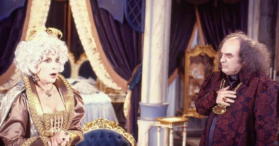 """Rainha Valentine (Tereza Rachel) e Ravengar ( Antônio Abujamra) em cena de """"Que Rei Sou Eu?"""""""