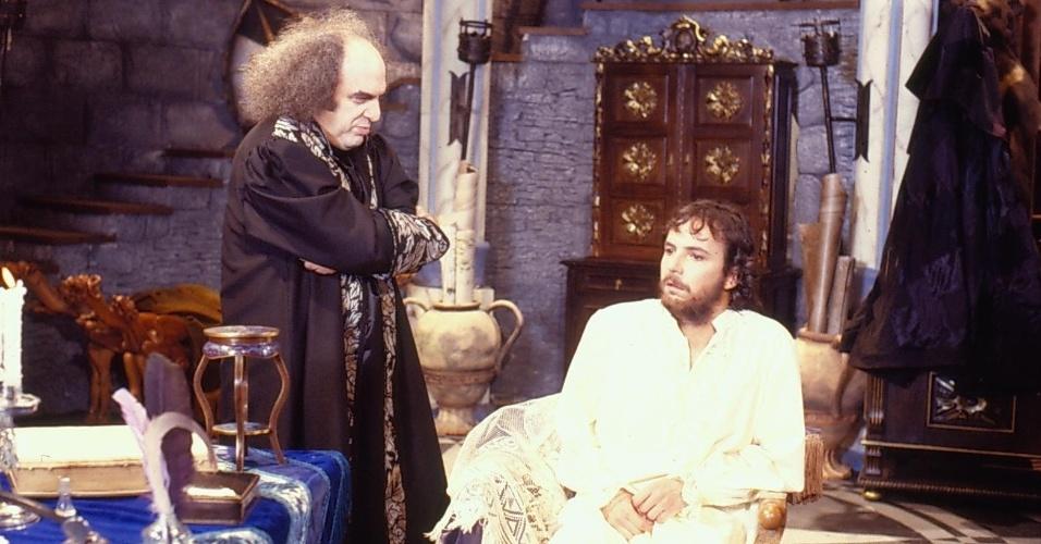 """Ravengar (Antônio Abujamra) e Pichot/Lucien (Tato Gabus Mendes) em cena de """"Que Rei Sou Eu?"""""""