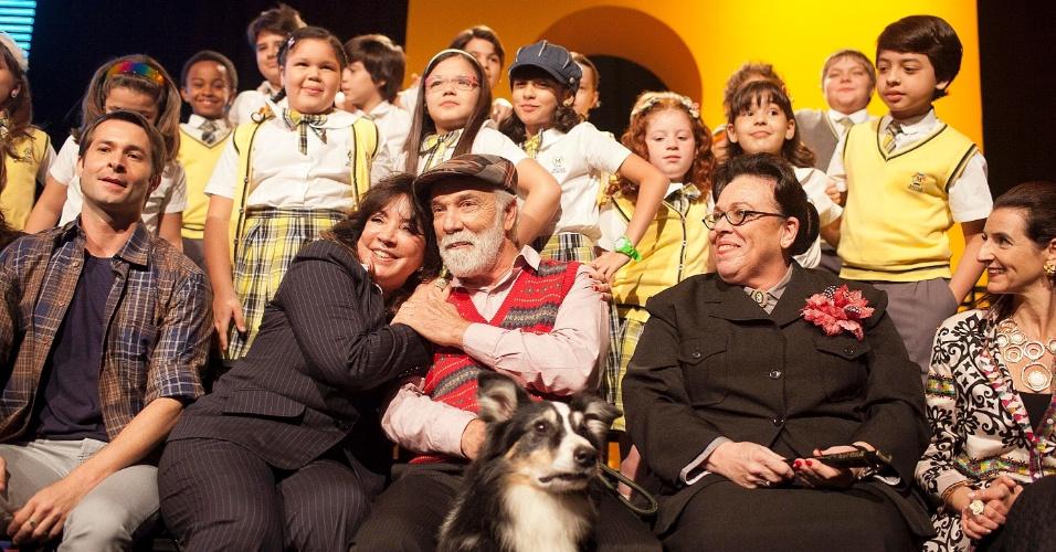 """A autora Iris Abravanel e o ator Fernando Benini, que vive o Firmino em """"Carrossel"""", se abraçam durante divulgação do remake (7/5/12)"""