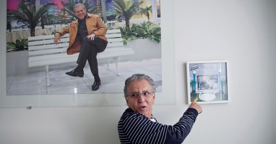 """""""Esse é meu espaço"""", diz Carlos Alberto, apontando para os presentes que ganhou de vizinhos e amigos e que lembram a """"Praça"""" (4/5/12)"""