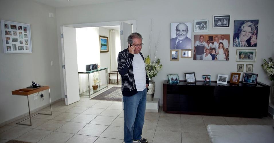 Na sala de TV, fotos dos pais, filhos e netos ilustram a parede. Carlos Alberto é pai de seis filhos, dois de 12 anos, fruto do casamento com Andréa, de quem se separou há três anos (4/5/12)