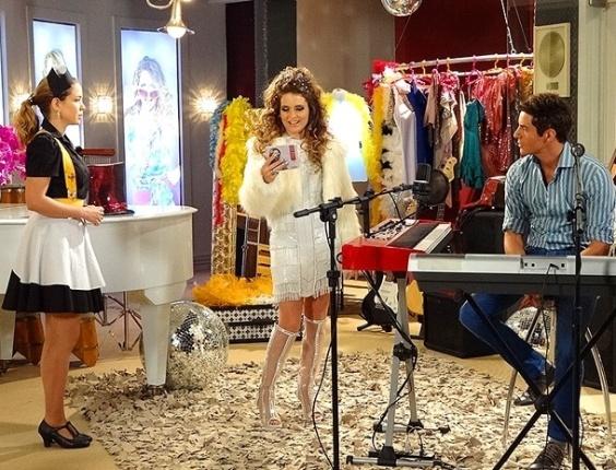 """Em """"Cheias de Charme"""", Chayene não gosta de ver Rosário entregando seu CD para Fabian (9/5/12)"""