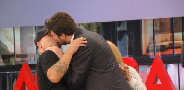 """Danilo Gentili e Mingau trocam beijo no palco do programa """"Agora é Tarde"""" (9/5/12)"""