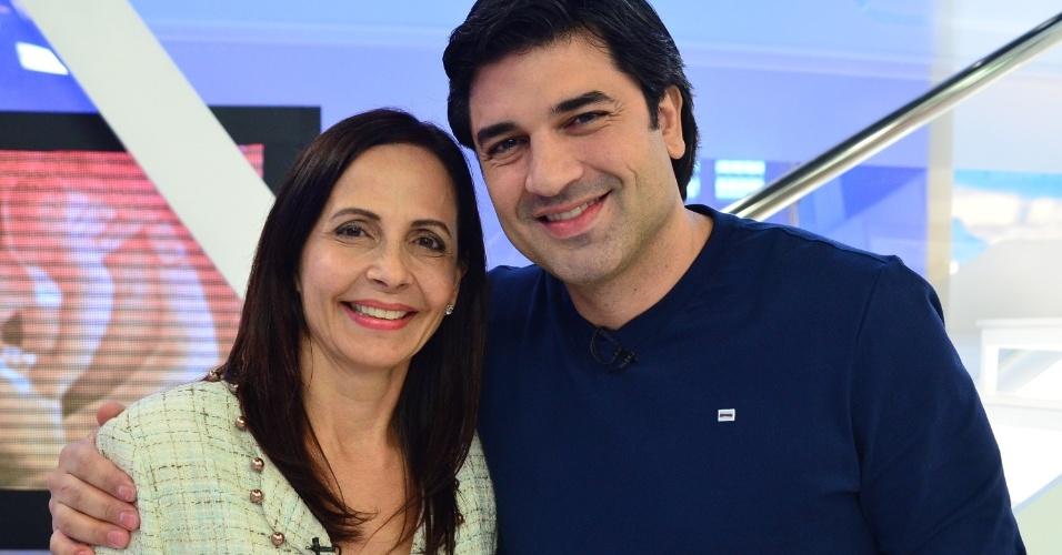 """Edu Guedes e sua mãe Leila no programa """"Hoje em Dia"""" especial do Dia das Mãe (11/5/12)"""