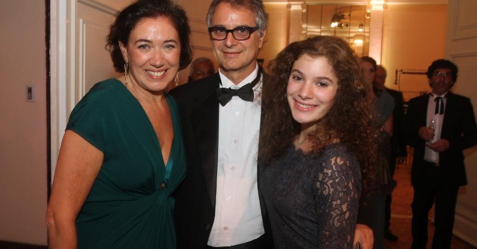 A atriz Lília Cabral ao lado do marido e da filha no 14º Prêmio Contigo! de Televisão (14/5/12)