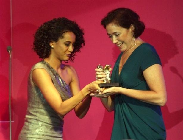 """A atriz Lília Cabral é premiada como melhor atriz no 14° Prêmio Contigo! de TV por seu papel como Griselda em """"Fina Estampa"""" e recebeu o prêmio de Taís Araújo (14/5/12)"""