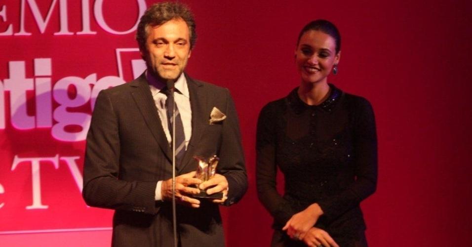 """Ao lado de Débora Nascimento, o ator Domingos Montagner discursa ao receber o prêmio Revelação da TV por seu papel em """"Cordel Encantado"""", como o cangaceiro Herculano (14/5/12)"""
