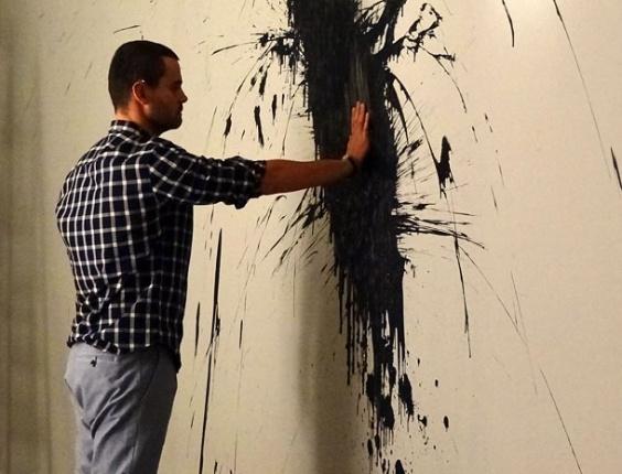 """Em """"Amor Eterno Amor"""", Fernando joga tinta preta na parede do apartamento que viveria com Miriam"""