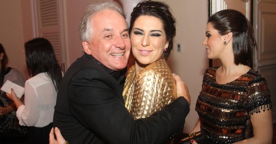 Otávio Mesquita abraça Fernanda Paes Leme no 14º Prêmio Contigo! de Televisão (14/5/12)
