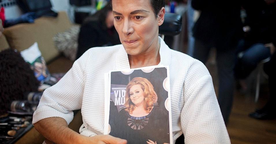 """Rodrigo Faro conta que demora três dias para tirar a maquiagem das caracterizações do quadro """"Dança Gatinho"""" durante gravação do """"O Melhor do Brasil"""", na Rede Record (15/5/12)"""
