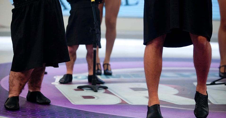 """Detalhe para as pernas dos anões Pirulito e Simpatia e do apresentador Rodrigo Faro durante o quadro """"Dança Gatinho"""" na Rede Record (15/5/12)"""