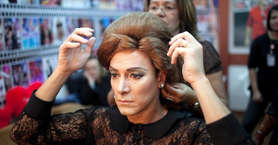"""Rodrigo Faro se transforma na cantora britânica Adele para o quadro """"Dança Gatinho"""" durante gravação do """"O Melhor do Brasil"""", na Rede Record (15/5/2012)"""