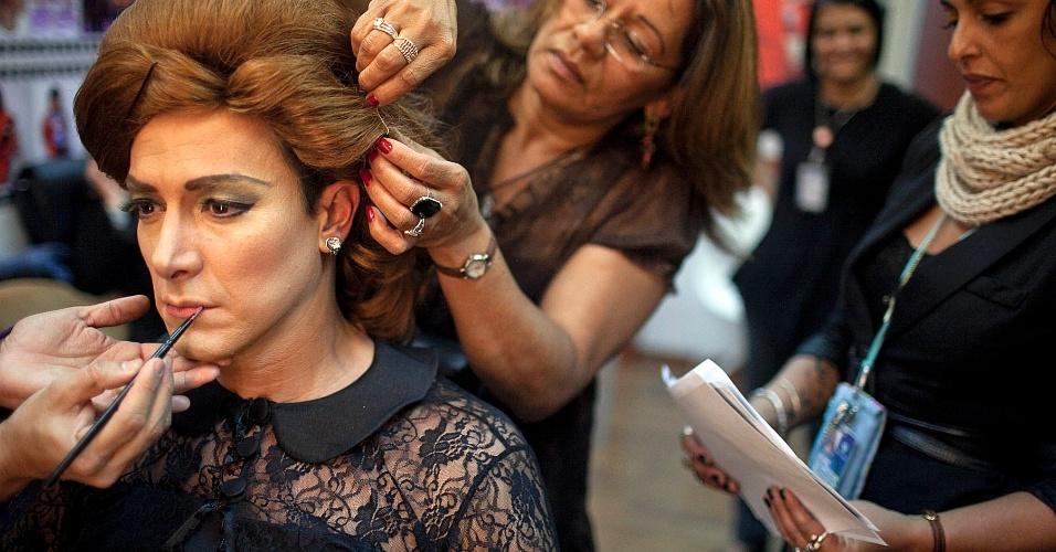 """A cabeleireira de Rodrigo Faro ajuda o apresentador a se transformar na cantora britânica Adele para o quadro """"Dança Gatinho"""" durante gravação do """"O Melhor do Brasil"""", na Rede Record (15/5/2012)"""