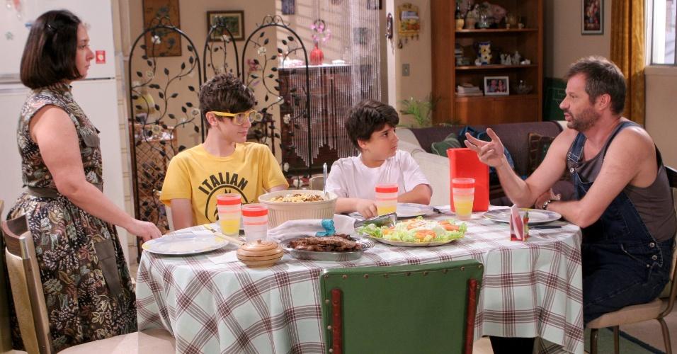 Rafael Palillo (Henrique Stroeter) chama atencão de Jaime Palillo (Nicholas Torres) por comer demais e  estudar pouco. A cena deve ir ao ar na quinta (24/5/12)