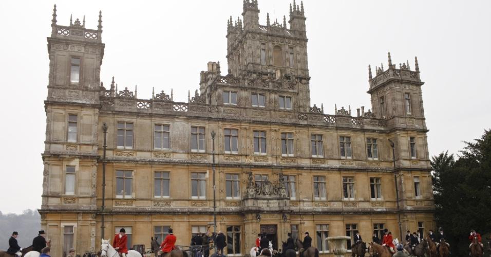 """Elenco e equipe técnica de """"Downton Abbey"""" em torno do castelo de Highclere (18/05/2012)"""