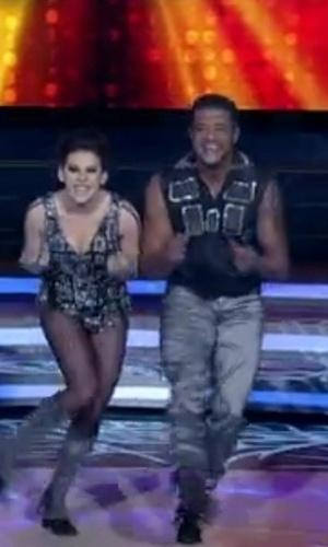 """Ao som de Michael Jackson, Bárbara Paz na primeira apresentação da """"Dança dos Famosos"""", no """"Domingão do Faustão"""" (20/5/12)"""