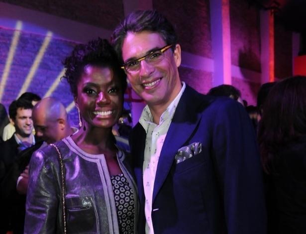 A atriz Adriana Alves e o apresentador e chef de cozinha Olivier Anquier assistem em São Paulo o primeiro capítulo da refilmagem de Carrossel, produzido pelo SBT (21/5/12)