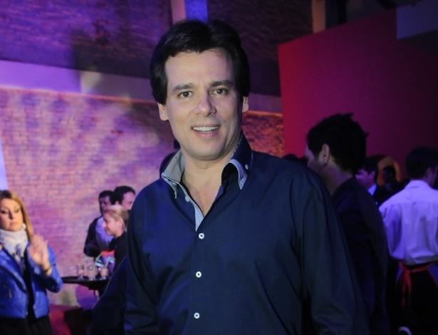 "Celso Portiolli acompanha o primeiro capítulo da novela ""Carrossel"" (21/5/12)"
