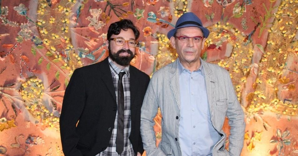 """Emilio Orciocllo Netto posa ao lado do ator José Wilker na apresentação de """"Gabriela"""", na Bahia (21/5/12)"""