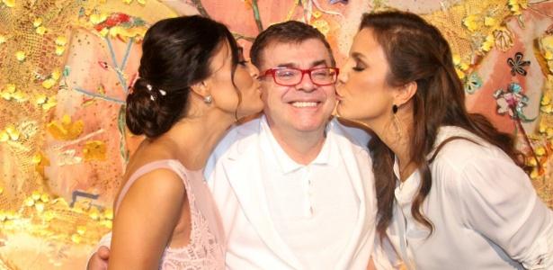 """O autor Walcyr Carrasco recebe um beijo de Juliana Paes (esq.) e Ivete Sangalo (dir.) na apresentação de """"Gabriela"""" (21/5/12)"""