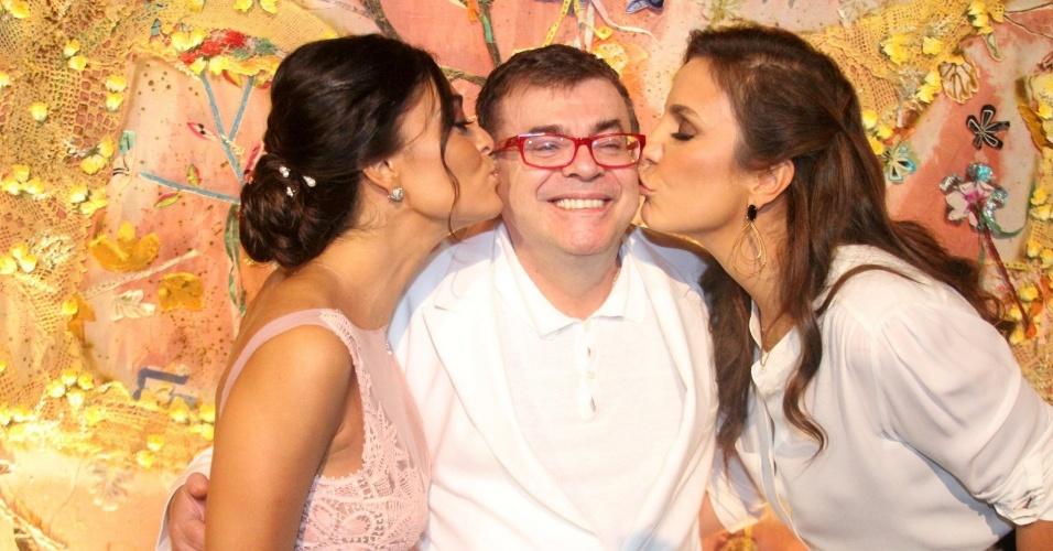 """O autor Walcyr Carrasco recebe um beijo de Juliana Paes (esq.) e Ivete Sangalo (dir.) na apresentação de """"Gabriela"""" para imprensa na Bahia (21/5/12)"""