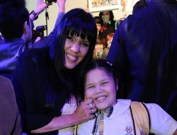 Simony e sua filha Aysha Benelli assistem em São Paulo ao primeiro capítulo da refilmagem, produzido pelo SBT (21/5/12)