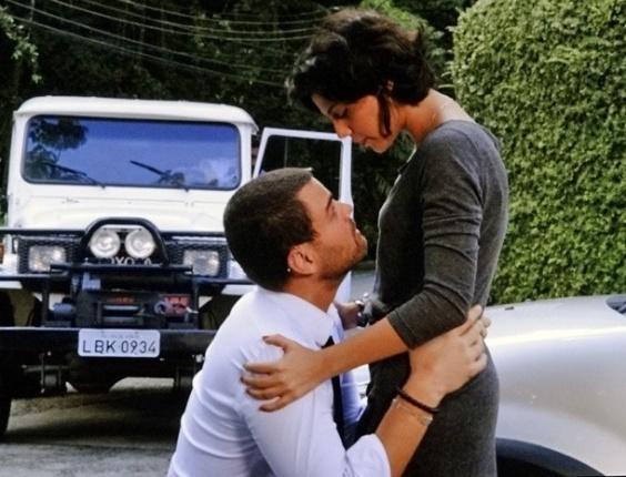 """Em """"Amor Eterno Amor"""", Fernando implora de joelhos pelo amor de Miriam"""