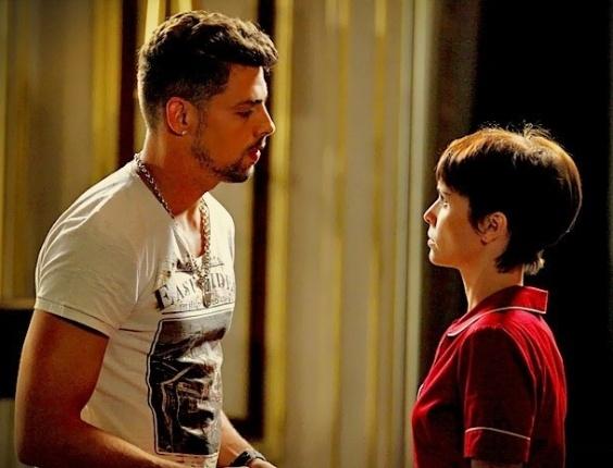 """Em """"Avenida Brasil"""", Nina encara Jorginho e diz que não vai pedir demissão da casa de Tufão (24/5/12)"""