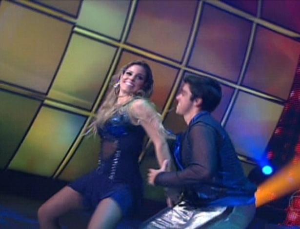 """Ao som de """"Amar Não É Pecado"""", de Luan Santana, Rodrigo Simas e Raquel Guarini fizeram sua apresentação de """"baladão"""" (27/5/12)"""
