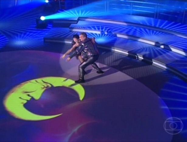"""Ao som de """"Fogo e paixão"""", do Wando, Kadu Moliterno e Dani De Lova fizeram sua apresentação de """"baladão"""" (27/5/12)"""
