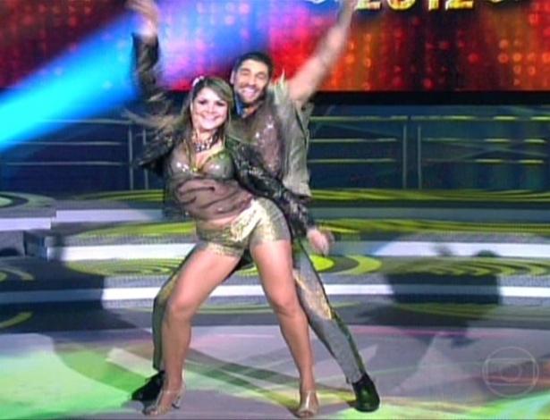 """Victor Pecoraro e a professora Letícia Weiss estrearam na """"Dança dos Famosos"""" ao som de """"Bete Balanço"""", de Cazuza (27/5/12)"""