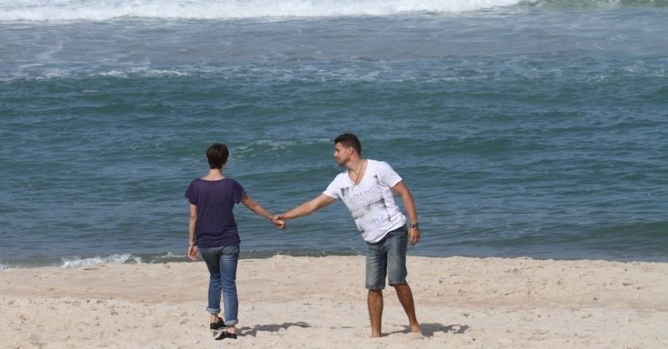 """Débora Falabella e Cauã Reymond gravam cenas de """"Avenida Brasil"""" na Praia de Grumari, na Zona Oeste do Rio de Janeiro (28/5/12)"""