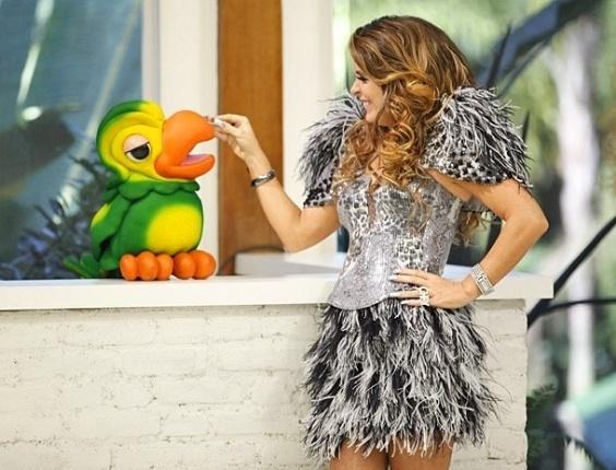 """Cláudia Abreu faz carinho em Louro José durante gravação de """"Cheias de Charme"""" no """"Mais Você"""" (29/5/2012)"""