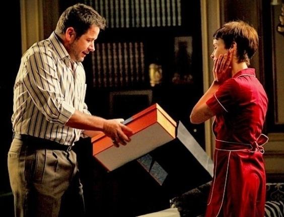 """Em """"Avenida Brasil"""", Tufão dá um vestido para Nina e Carminha não desconfia das intenções do marido (29/5/12)"""