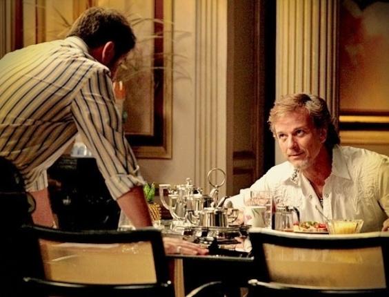 """Em """"Avenida Brasil"""", Max deixa Tufão revoltado ao insinuar que o cunhado está interessado em Nina (30/5/12)"""