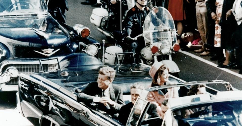 Escondida para a ver a passagem do presidente Kennedy, Nina acabou sendo suspeita do assassinato ocorrido em Dallas em 1963