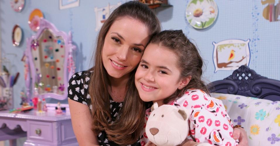 Rosanne Mulholland tira foto com Maísa em cena que Valéria fica doente após brigar com professora Helena (30/5/12)
