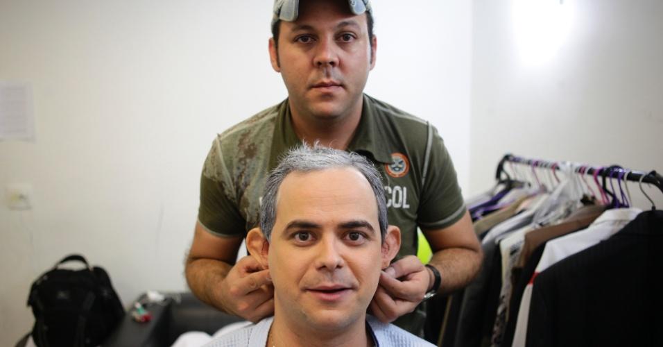 A segunda parte do processo de transformação de Carioca em Boris Casoy é o cabelo, que ganha mais volume e ganha mechas brancas