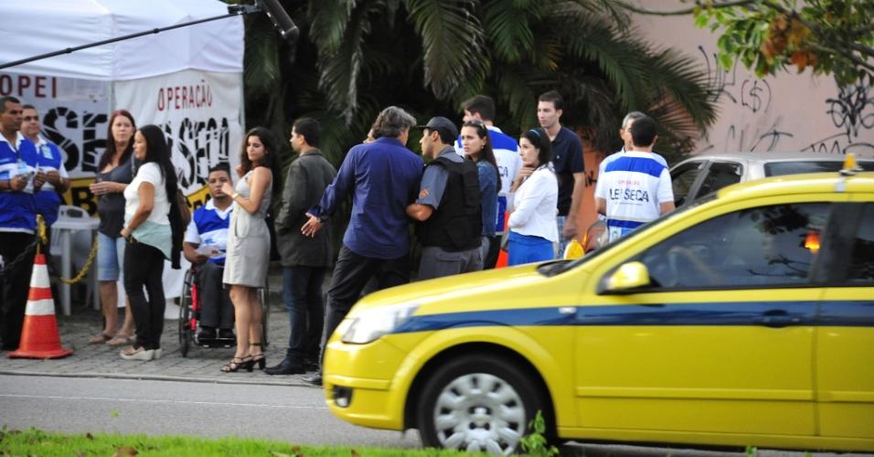 """Alexandre Borges grava cena de """"Avenida Brasil"""" em que seu personagem Cadinho será preso ao ser parado em uma blitz antes de chegar ao casamento de Alexia (Carolina Ferraz). O objetivo de Cadinho será acabar com a cerimônia, mas suas duas esposas farão isso. (30/5/12)"""