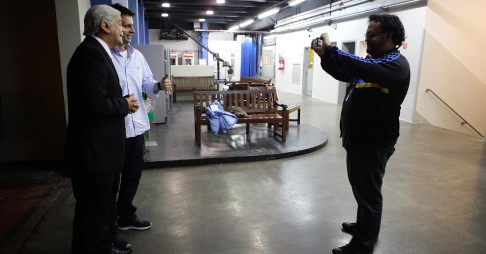 Já pronto para a gravação do programa, Carioca posa para alguns fãs nos corredores da emissora Band, em São Paulo (31/5/2012)