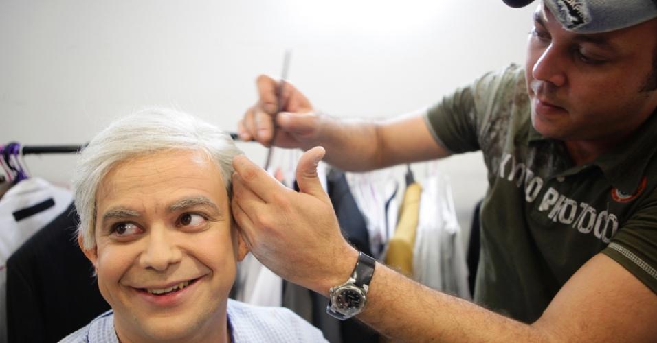 """O maquiador Anderson Montes ajeita o cabelo de Carioca, que se transforma em Boris Casoy para um programa do """"Pânico"""""""