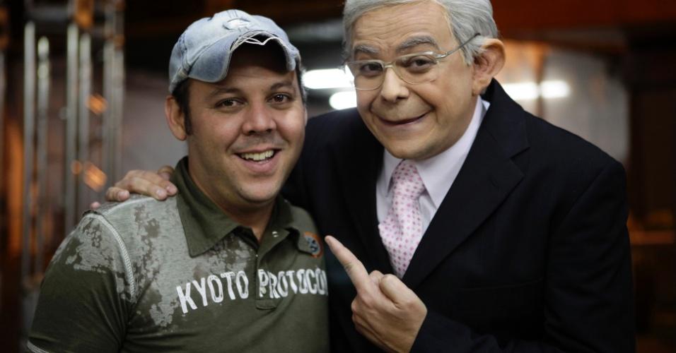 O maquiador Anderson Montes posa para foto depois de transformar Carioca em Boris Casoy