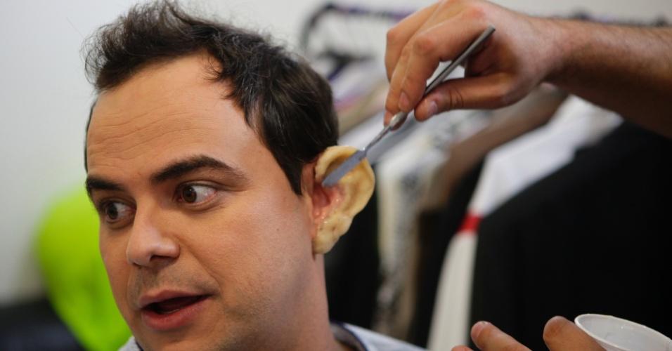 Orelhas do jornalista Boris Casoy fazem parte da caracterização do humorista Carioca. O crítico de TV Maurício Stycer acompanhou a gravação do quadro do programa nesta quinta (31)