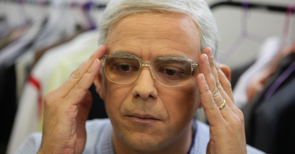 Os óculos também fazem parte da transformação de Carioca em Boris Casoy
